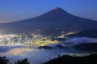 山梨県 新道峠より望む夜明けの富士山と雲海の山並み