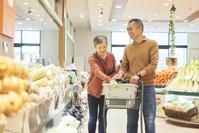 スーパーで買い物をする日本人シニア夫婦