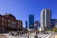 東京都 丸の内駅舎と通勤風景