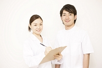 医師と若い看護師