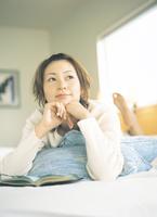 うつ伏せの日本人女性