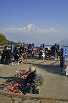 ネパール ダウラギリとロッジで休む登山者