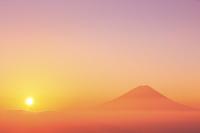 山梨県 櫛形山林道より望む富士山と朝日