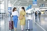 女子旅に出かける日本人女性