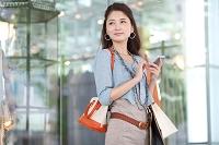 スマートフォンを操作している日本人女性