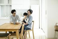 ダイニングの日本人家族