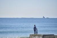 堤防に立つ日本人親子