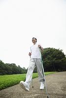 ノルディックウォーキングをする中年日本人男性