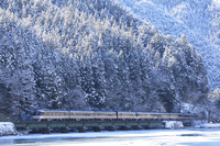 岐阜県 冬の森林を走る高山本線