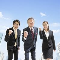 ガッツポーズをする日本人ビジネスパーソン