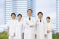 笑顔の医師と看護師と研修医