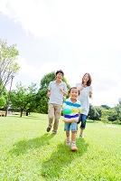 公園を走る日本人三人家族