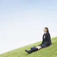 芝生に座る女子高生