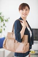 かばんを持っている日本人女性