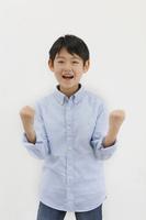 ガッツポーズをする日本人の男の子