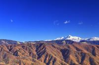 長野県 中川村 陣場形山より塩見岳と紅葉のカラマツ林と月