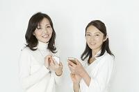 携帯電話を持つ中年女性