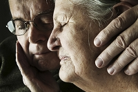 苦痛の表情の外国人のシニア夫婦