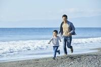 海岸で遊ぶ日本人親子