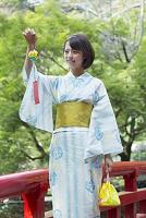 風鈴を持って歩く浴衣の日本人女性
