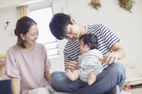 赤ちゃんの世話をする夫婦