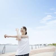 ストレッチをする日本人女性