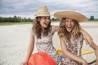 砂浜にいる外国人若い女性