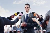 政治家にインタビューする記者