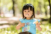 ソフトクリームを食べる女の子