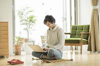パソコンを操作する日本人の若い女性