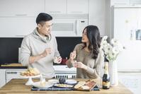 キッチンに並んで料理する夫婦