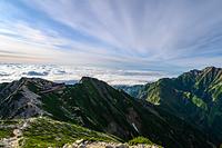 唐松岳山頂から見る唐松岳頂上山荘と五竜岳