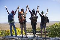 友人とハイキングする若者