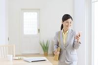 携帯を操作しながら出勤する日本人女性