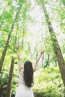 手を広げる日本人女性