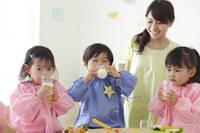 お弁当を食べる幼稚園児と先生