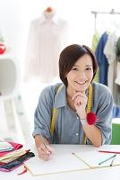ペンを持っているパタンナーの日本人女性