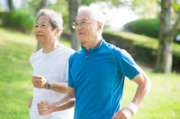 ジョギングをするシニアの日本人男性