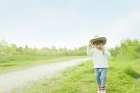 草原を歩く男の子