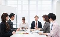 社内研修中の日本人ビジネスパーソン