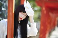 鳥居と狐面を持った日本人女性