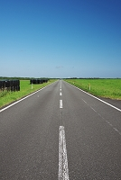北海道 直線の道と牧草ロール