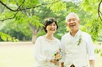 ガーデンウェディングをするシニア夫婦