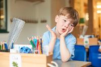 机に座る子供