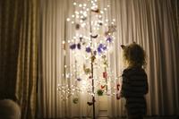 クリスマスツリーの飾り付けをする子供