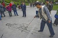 路上に絵を描く男性 北海公園