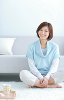 ソファでティータイム中の日本人女性