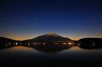 山梨県 満月に照らされた富士山