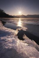 北海道 屈斜路湖の日没と氷とフロストフラワー