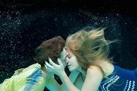 水中でキスをする若いカップル